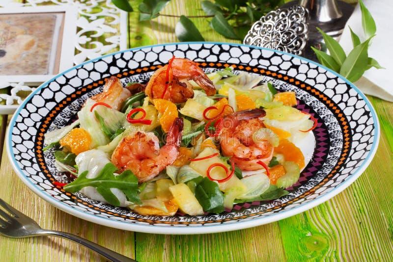 Rúcula salada, tanjerinas, do camarão vida ainda imagem de stock