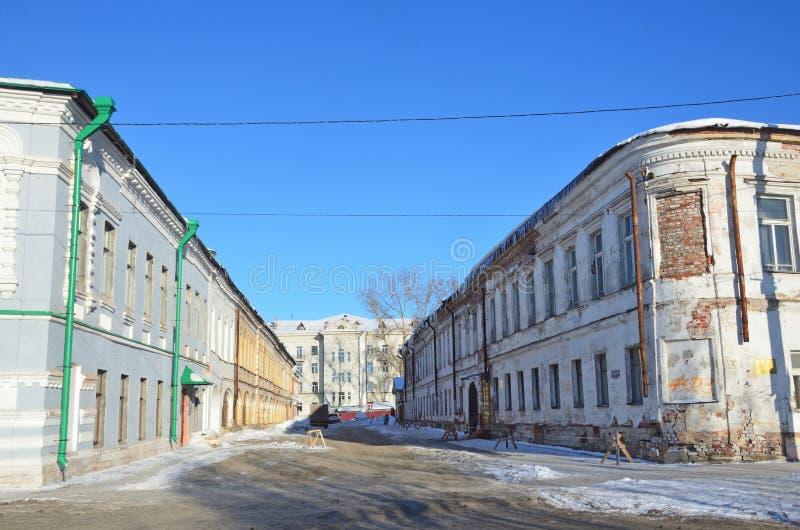 Rússia, Arkhangelsk, casas velhas na pista de Bankovsky A pista de Bankovsky, construindo 2 à direita é Commercial Bank de 18-19  imagens de stock royalty free
