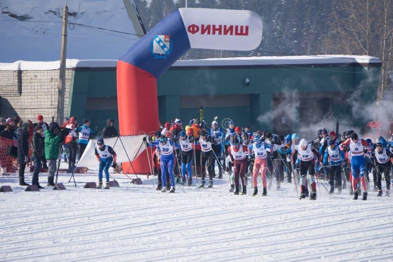 Rússia Berezniki 11 de março de 2018: os tipos dos esquiadores começam na maratona do ` s dos homens nos Jogos Olímpicos 2018 den imagens de stock