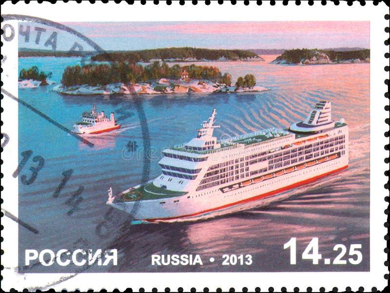 RÚSSIA - CERCA DE 2013: Selo postal impresso em Rússia, mostras a balsa de passageiro imagem de stock