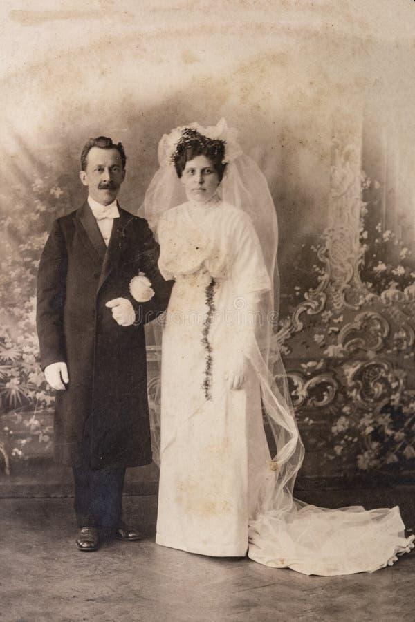 RÚSSIA - CERCA DE 1905-1910: Tiro do casamento apenas do casal no estúdio, foto da era de Vintage Carte de Viste Edwardian fotografia de stock