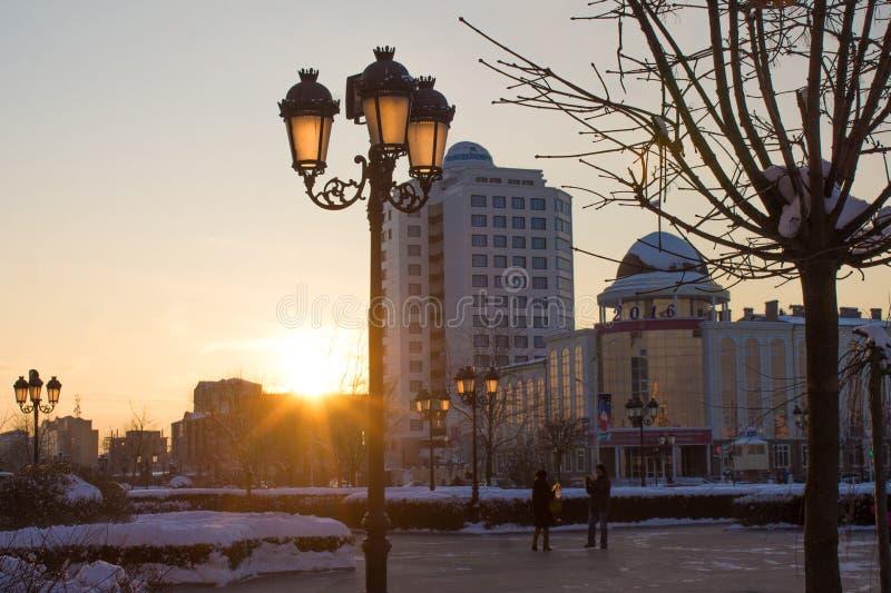 RÚSSIA, Chechnya, Grozniy - 5 de janeiro de 2016:- caminhada através de Grozny do centro fotos de stock royalty free