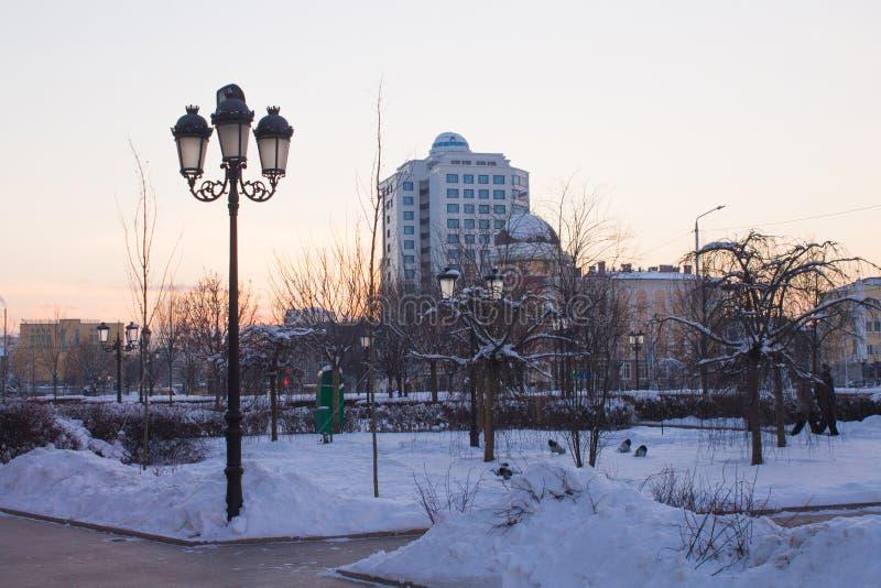 RÚSSIA, Chechnya, Grozniy - 5 de janeiro de 2016:- caminhada através de Grozny do centro fotografia de stock royalty free
