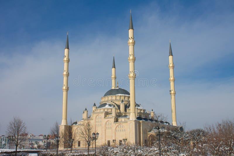 RÚSSIA, Chechnya, Grozniy - 5 de janeiro de 2016:- mesquita principal da república chechena - coração de Chechnya fotos de stock royalty free