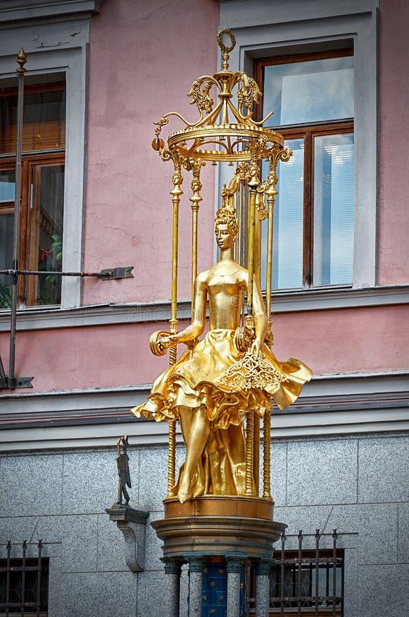 Rússia Fonte de Turandot na rua Arbat velho em Moscou 20 de junho de 2016 imagens de stock royalty free
