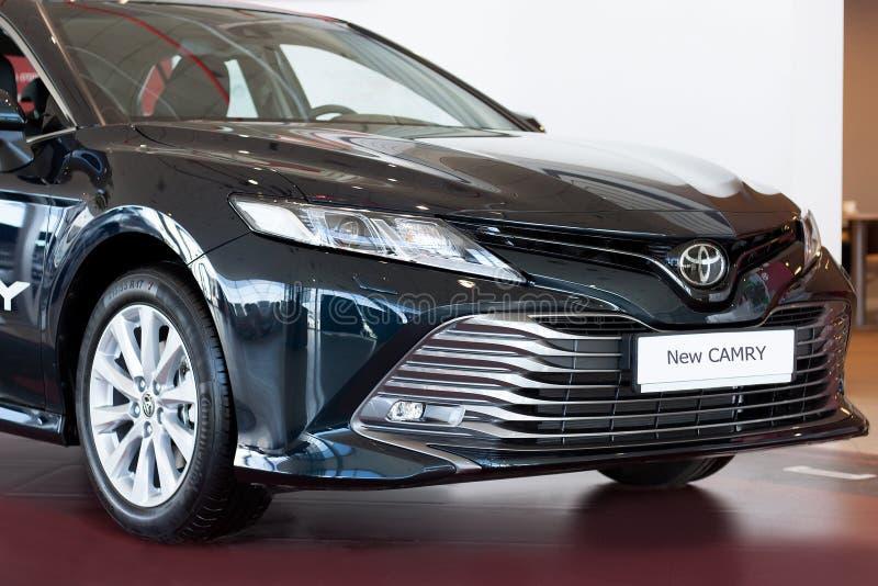 Rússia, Izhevsk - 21 de abril de 2018: Sala de exposições Toyota Toyota Camry novo fotos de stock