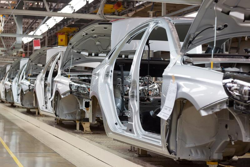 Rússia, Izhevsk - 15 de dezembro de 2018: LADA Automobile Plant Izhevsk Os corpos do carro novo na linha do transporte fotos de stock royalty free
