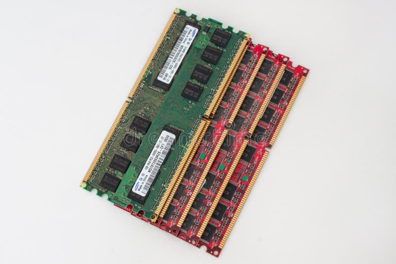 Rússia, Izhevsk - 27 de fevereiro de 2017: Grupo de seis módulos Samsung e Kingmax da memória da RDA do computador Objeto isolado imagem de stock royalty free