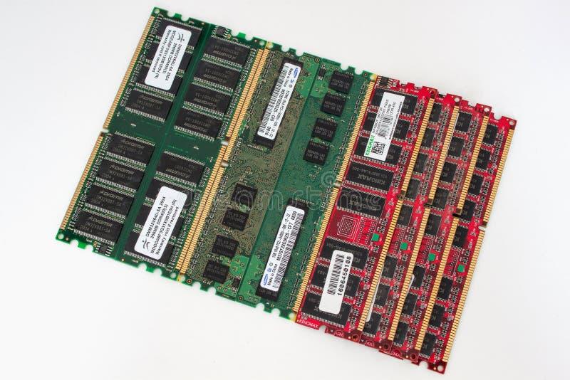 Rússia, Izhevsk - 27 de fevereiro de 2017: Módulos Samsung e Kingmax da memória da RDA do computador do Grupo dos Oito Objeto iso imagens de stock royalty free