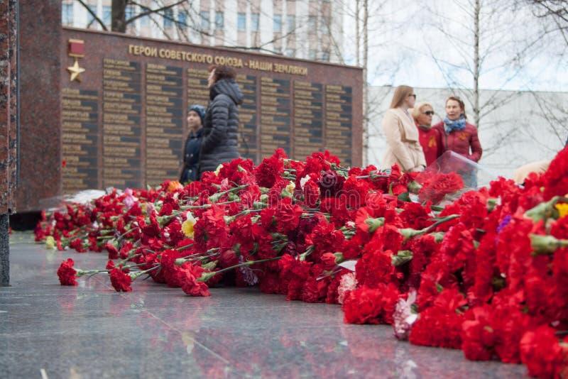 Rússia, Izhevsk - 9 de maio de 2018: Povos no memorial aos soldados caídos da segunda guerra mundial Vitória no dia de Europa fotografia de stock