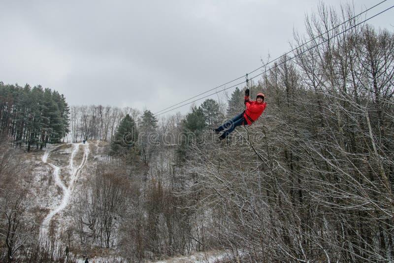 Rússia, Izhevsk - 18 de novembro de 2018: Zipline Homem que desliza no trole da corda sobre a ravina na alta altitude Extremo e imagens de stock royalty free