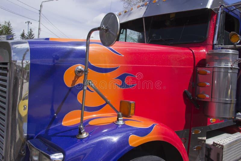 Rússia, Krasnoyarsk, em junho de 2019: Carro de Peterbilt do caminhão dos transformadores do filme fotos de stock royalty free