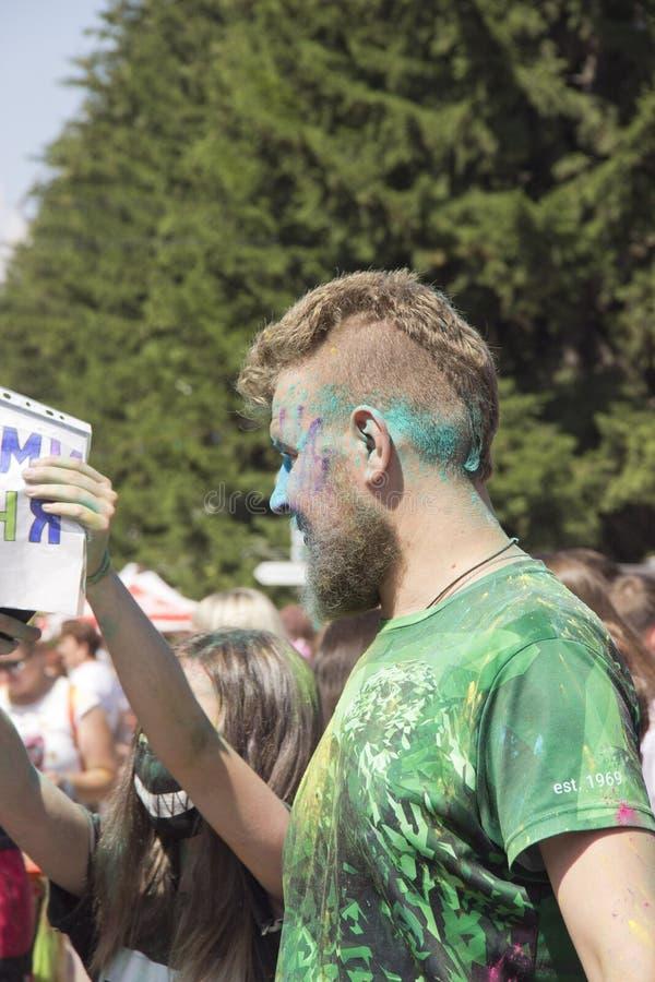 Rússia, Krasnoyarsk, em junho de 2019: homem adulto no festival das cores Holi foto de stock