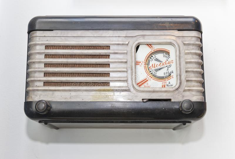 Rússia, Krasnoyarsk, julho de 2019: tecnologia do passado, o velho rádio foto de stock royalty free