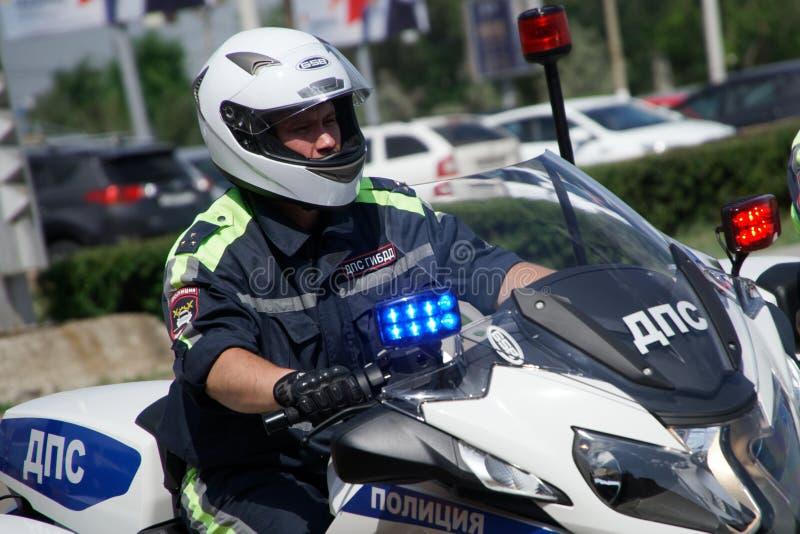 Rússia, Magnitogorsk, - julho, 18, 2019 Agente da polícia da patrulha em uma bicicleta do serviço imagens de stock royalty free