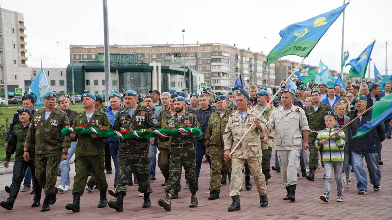 Rússia, Magnitogorsk, o 2 de agosto de 2019 Um grupo de paramilitares anda em torno da cidade durante a celebração do dia de tran fotografia de stock royalty free