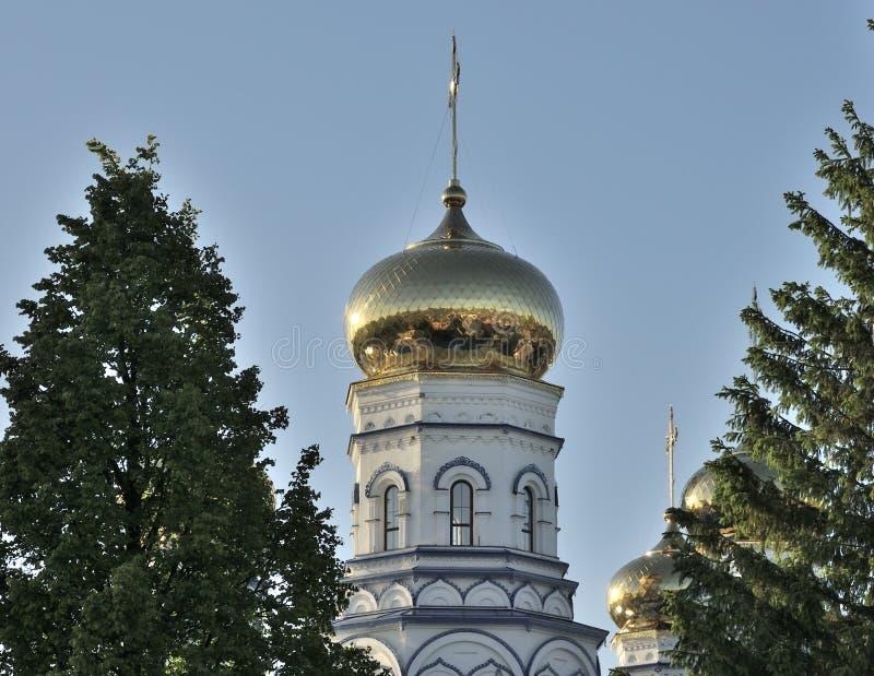 Rússia - maio de 2019: Catedral de Cristo, Catedral Ortodoxa Russa Edifício branco com cúpulas douradas, o ortodoxo mais alto imagens de stock