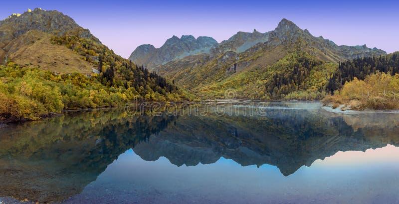 Rússia Manhã do outono no lago Kardyvach fotos de stock