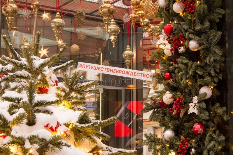 Rússia, Moscou, apresenta um quiosque com viagem do hashtag ao Natal fotos de stock royalty free