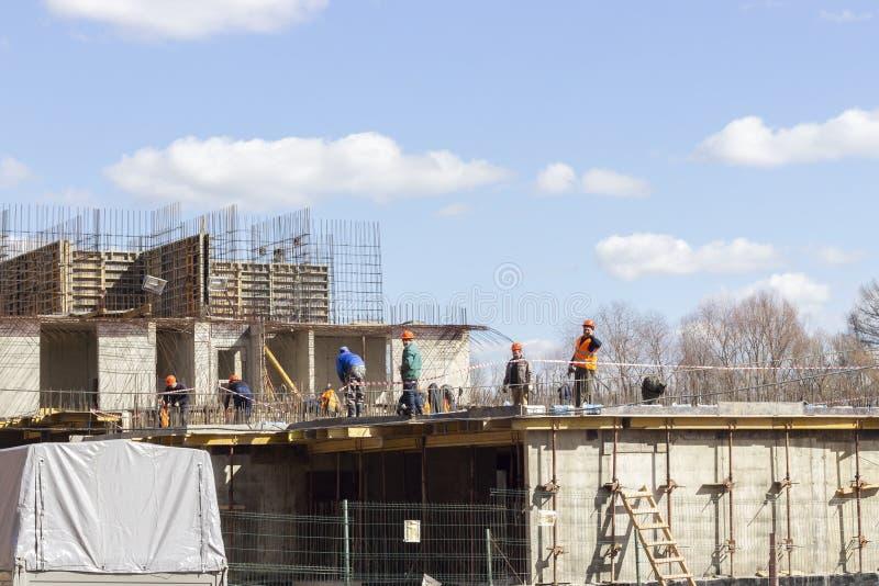 27-03-2019, R?ssia, Moscou, constru??o do pr?dio de apartamentos moderno na regi?o de Moscou, aleia verde complexa residencial fotos de stock
