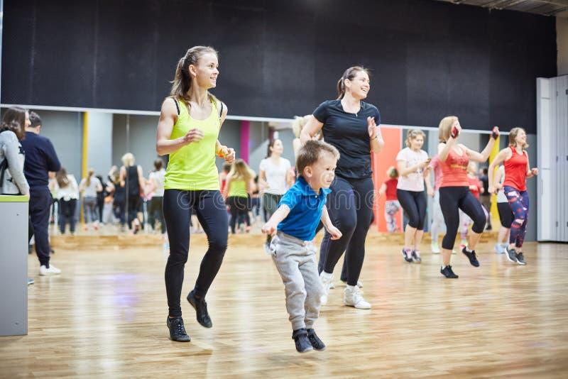 RÚSSIA, MOSCOU - 3 DE JUNHO DE 2017 as meninas e as crianças jogam esportes no gym imagens de stock royalty free