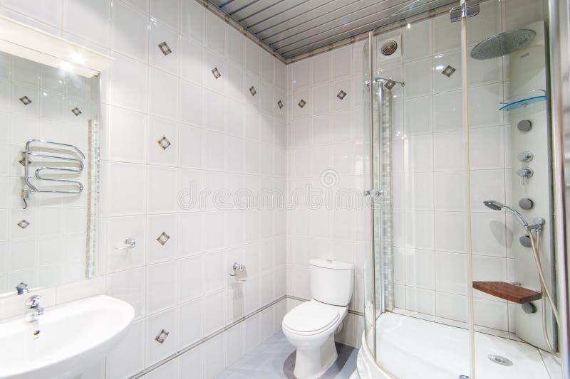 Rússia, Moscou- 12 de maio de 2018: apartamento interior decoração de reparação padrão no albergue banheiro e banheiro fotografia de stock royalty free