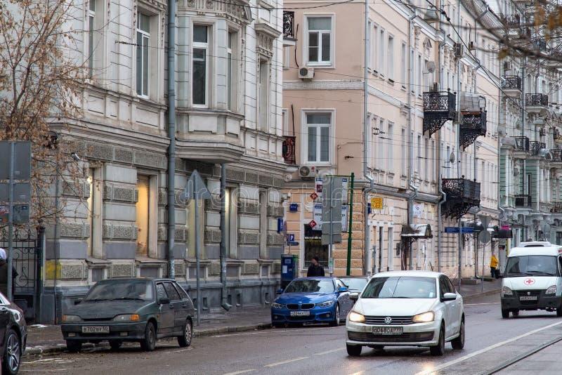 RÚSSIA, MOSCOU - 8 DE NOVEMBRO DE 2016: Estrada do bulevar de Chistoprudny em Moscou com construções históricas velhas imagens de stock royalty free