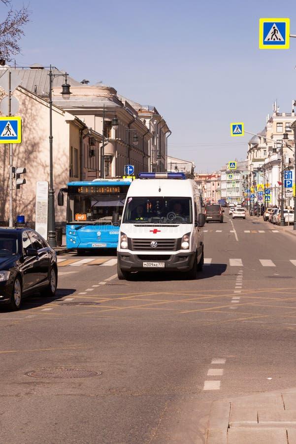 Rússia, Moscou: o carro da ambulância que vem para baixo a rua foto de stock