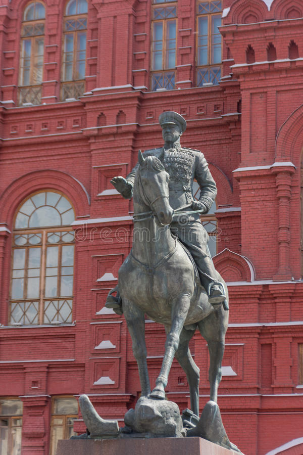 RÚSSIA, MOSCOU, O 8 DE JUNHO DE 2017: Um monumento ao marechal da União Soviética Georgy Zhukov na frente do museu da história pe fotografia de stock royalty free