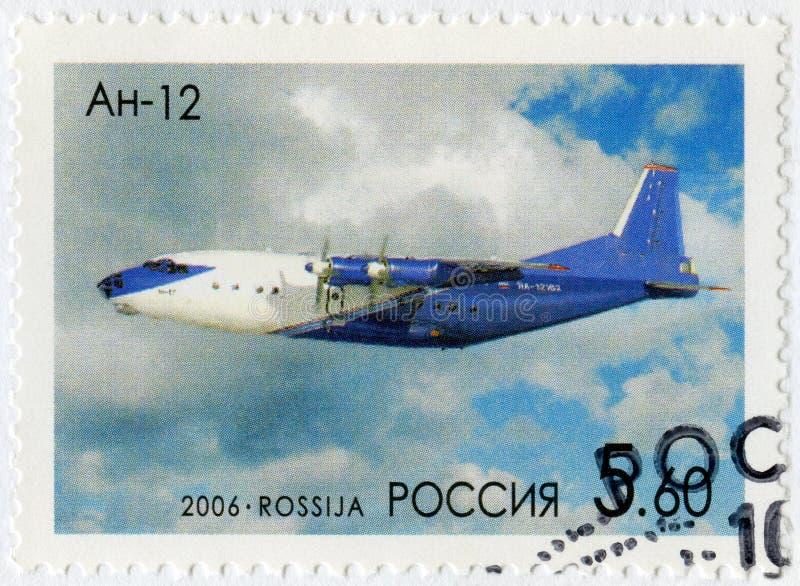 RÚSSIA - 2006: mostras Antonov An-12 Cub, 100th aniversário do nascimento de O Antonov 1906-1984, desenhista dos aviões fotos de stock