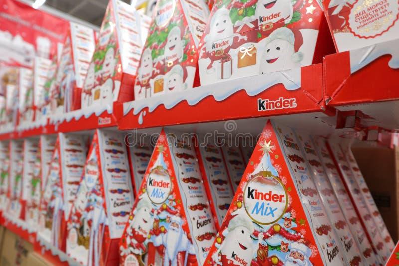 Rússia, Murmansk 25 de dezembro de 2018: Grupos mais amáveis do presente do Natal em prateleiras de Lenta do supermercado imagens de stock