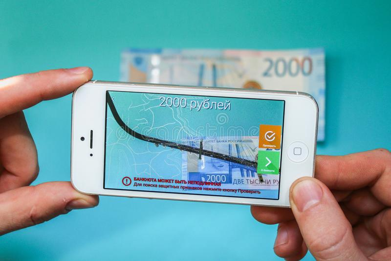 Rússia, Nevinnomyssk 7 de julho de 2018 Projeção dos 200 rublos de russo novos na aplicação do telefone authentication r aumentad foto de stock royalty free