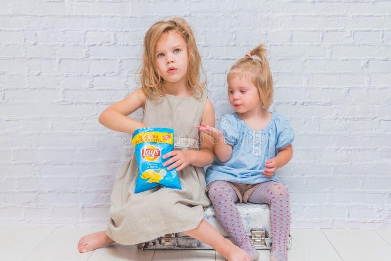 Rússia, Nikolskoye, o 28 de agosto de 2018 crianças das meninas que sentam o imagens de stock