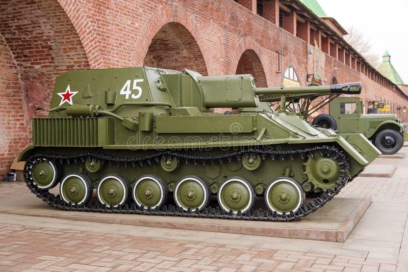 RÚSSIA - NIZHNY NOVGOROD 4 DE MAIO: automotor e artilharia SU fotografia de stock
