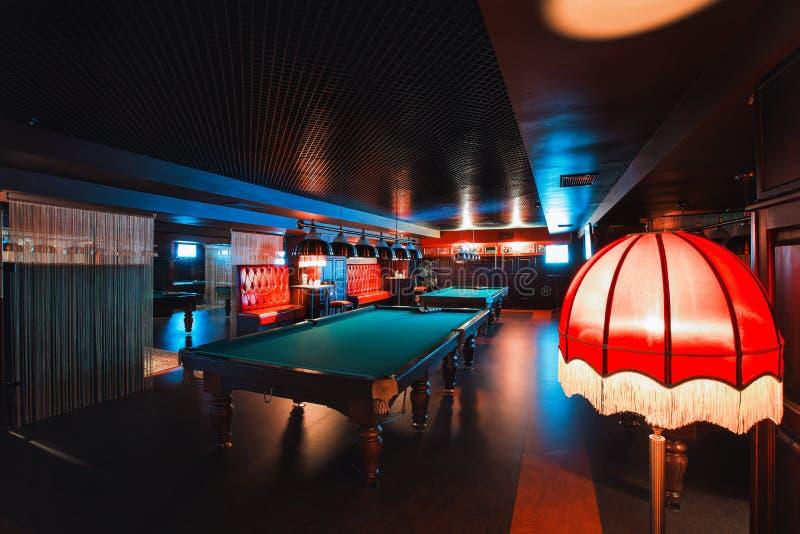 Rússia, Nizhny Novgorod - podem 26, 2014: Centro do cinema e de entretenimento de Sormovsky Interior de um clube que tem o bilhar fotografia de stock royalty free
