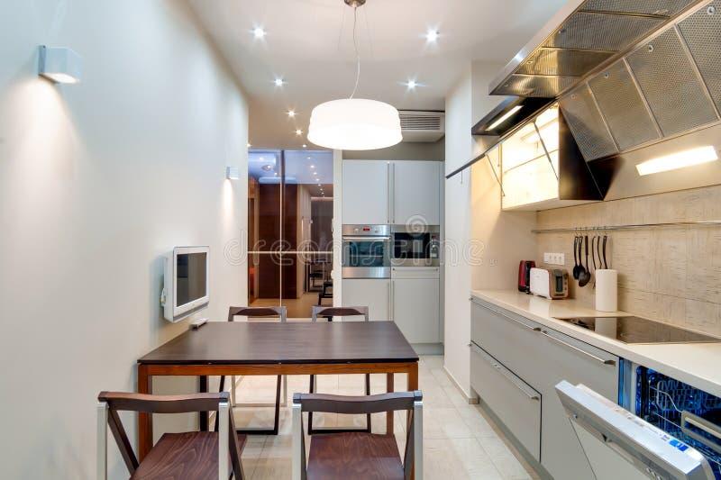 Rússia, Novosibirsk - 28 de janeiro de 2016: apartamento interior da sala cozinha moderna, o espaço para refeições fotografia de stock royalty free