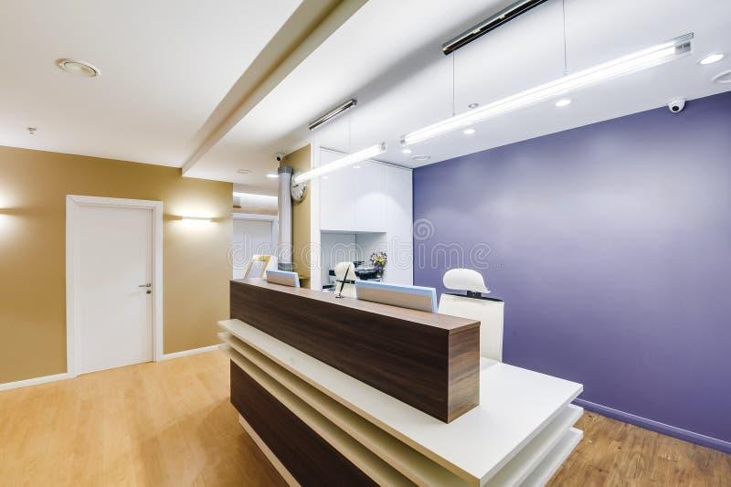 Rússia, Novosibirsk - 6 de junho de 2018: interior moderno do centro médico recepção imagens de stock royalty free