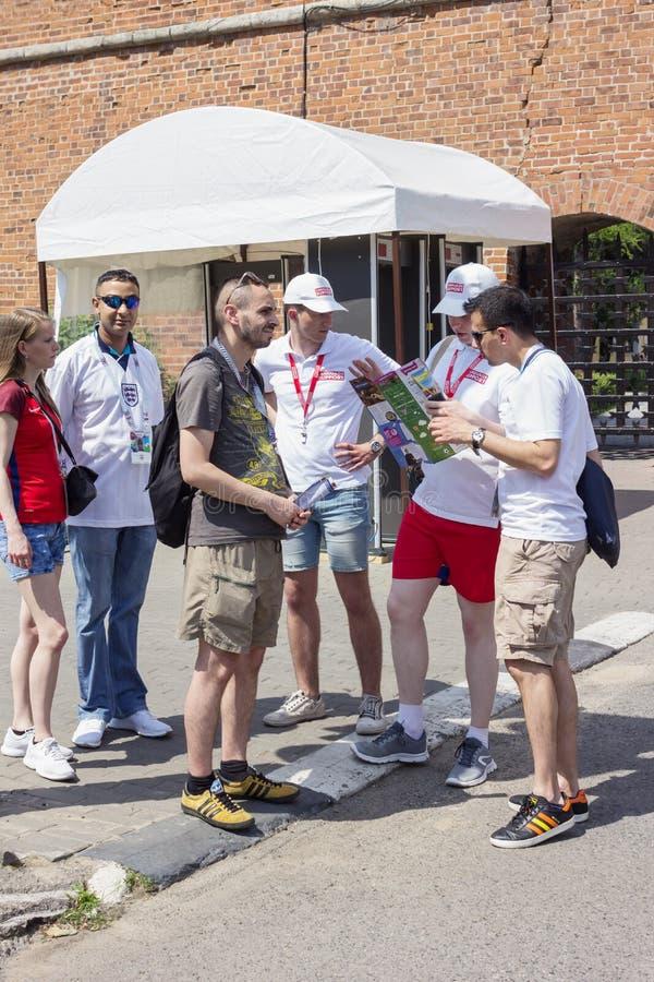 Rússia Os voluntários ajudam fãs estrangeiros foto de stock royalty free