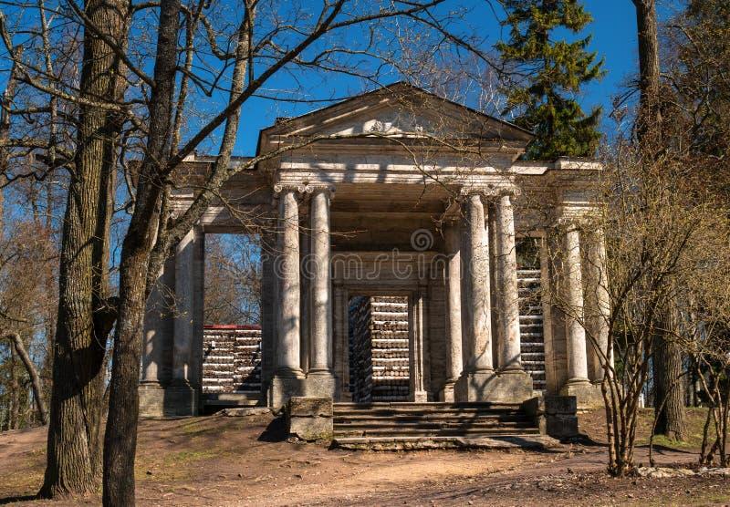 Rússia Parque do palácio de Gatchina Casa do vidoeiro Na parte dianteira é uma máscara portal fotos de stock royalty free