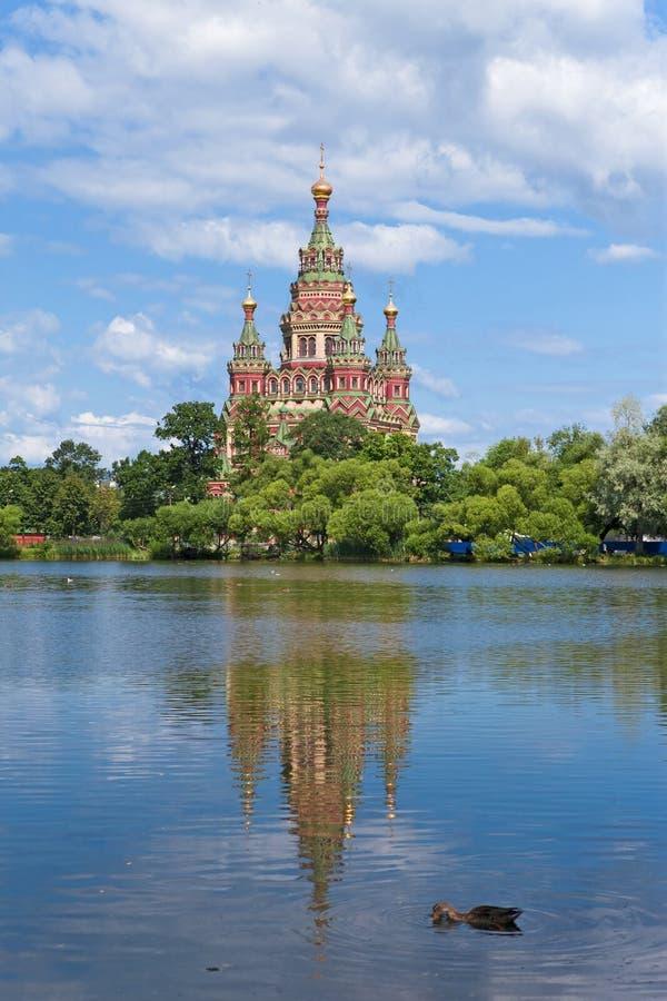 Rússia, Peterhof e a igreja de St. Peter e de P fotos de stock royalty free