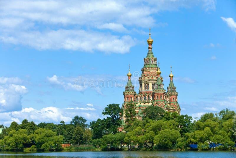 Rússia, Peterhof e a igreja de St. Peter e de P imagens de stock