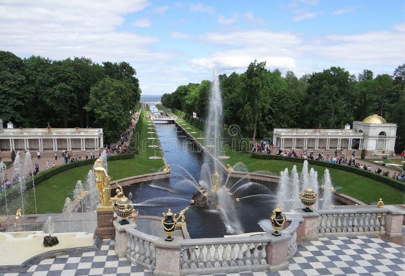 Rússia, Peterhof Vista geral da aleia das fontes e do canal do mar da cascata grande foto de stock