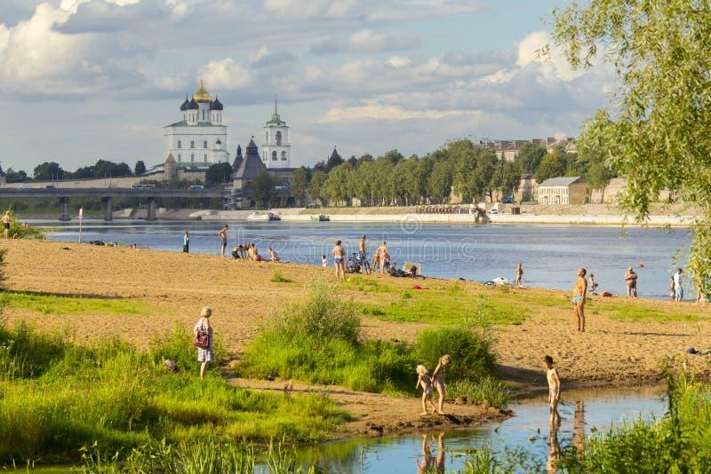 RÚSSIA, PSKOV - 2 DE AGOSTO DE 2016: A costa de Velikaya do rio é o lugar favorito para que os povos de Pskov tenham um relaxamen fotos de stock