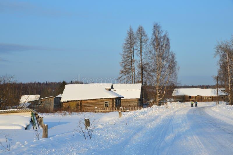 Rússia, região de Arkhangelsk, distrito de Plesetsk, vila de Voznesenskaya Casas de madeira velhas fotografia de stock
