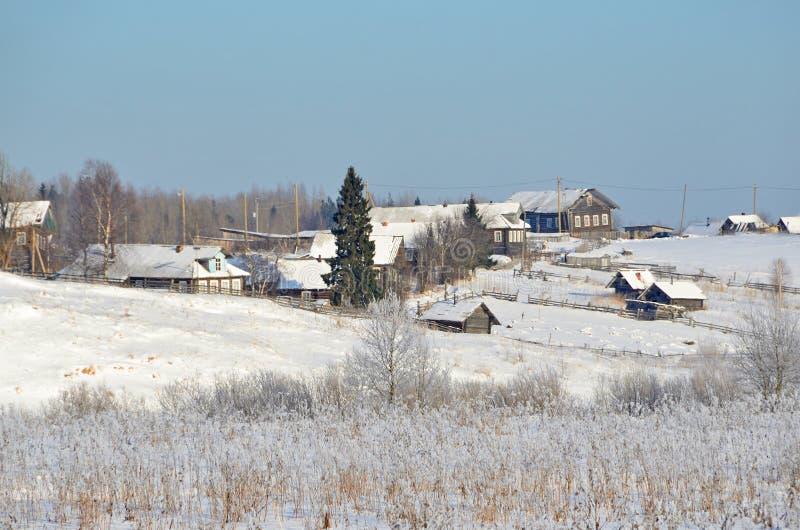 Rússia, região de Arkhangelsk, vila Turchasovo no inverno imagem de stock