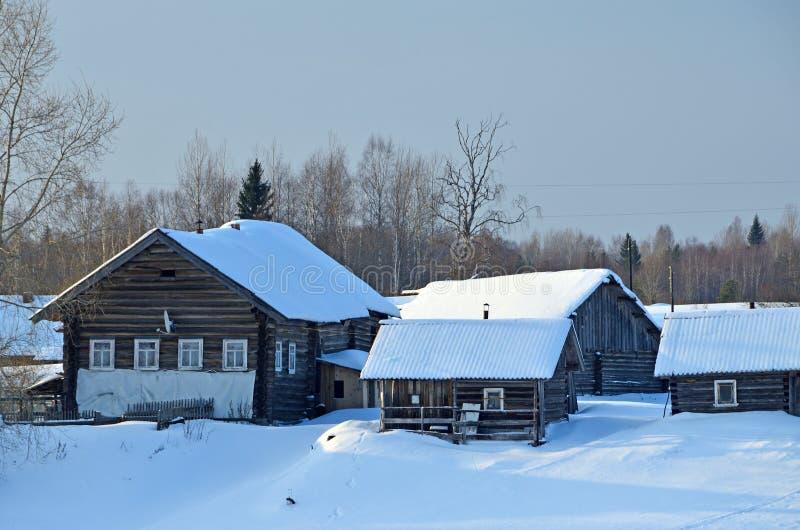 Rússia, região de Arkhangelsk A vila velha nos bancos do rio Onega no inverno foto de stock royalty free