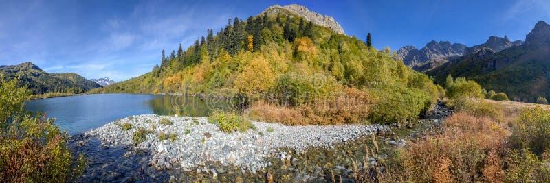 Rússia, região de Krasnodar O rio de Mzymta flui no lago Kardyvach imagens de stock