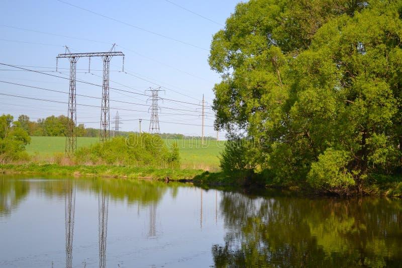 Rússia, rio, árvores, linha de eletricidade imagens de stock