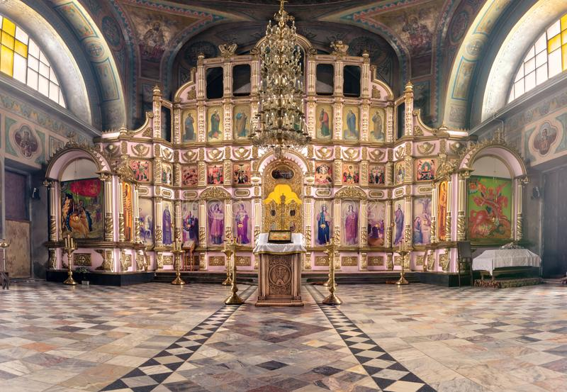 Rússia, Ryazan 1º de fevereiro de 2019 - interior da igreja ortodoxa, altar, iconostasis, na luz natural imagens de stock
