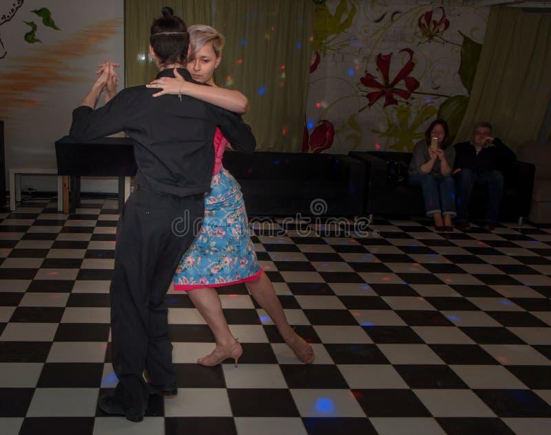 Rússia, Ryazan - 17 de março de 2018 - tango de dança dos pares felizes no estúdio de dança imagens de stock royalty free